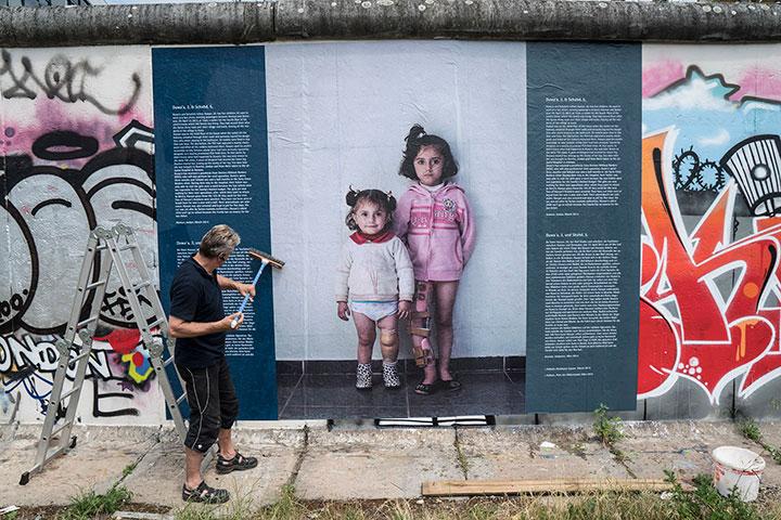 Ausstellung WARonWALL auf der Berliner Mauer